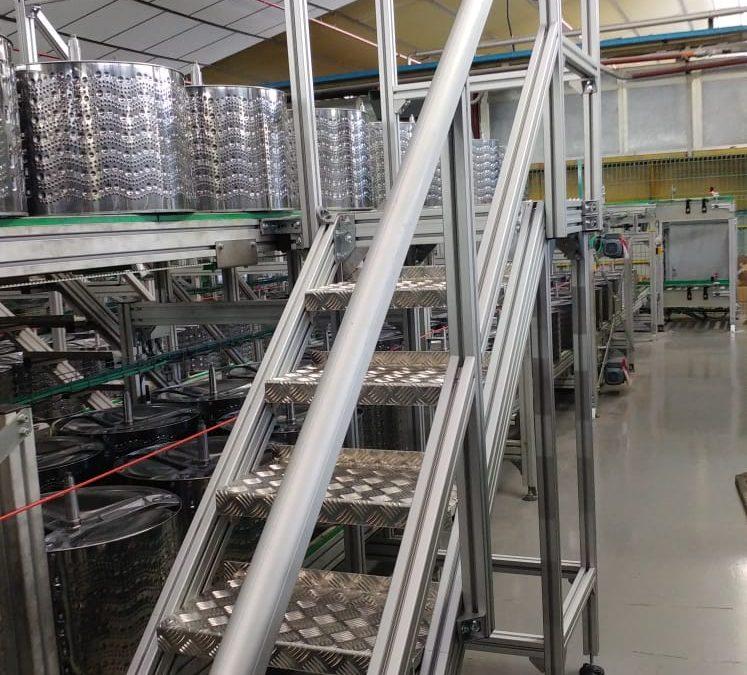 BALAY LA CARTUJA. Escaleras de perfiles de aluminio para acceso a cintas transportadoras.